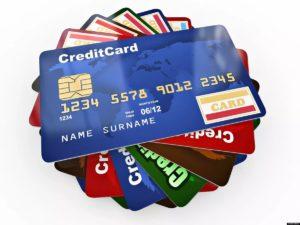 расплачиваться кредитной картой